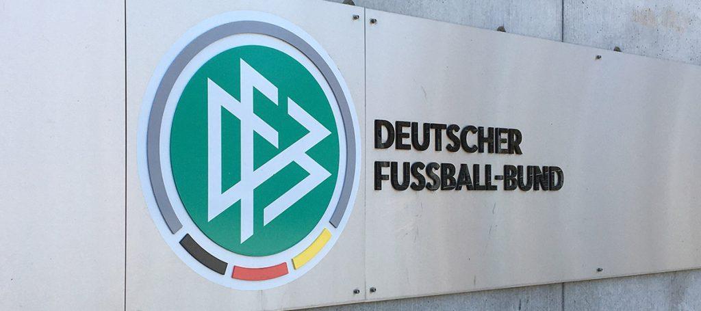 DFB-Logo vor Eingang zur DFB-Geschäftsstelle