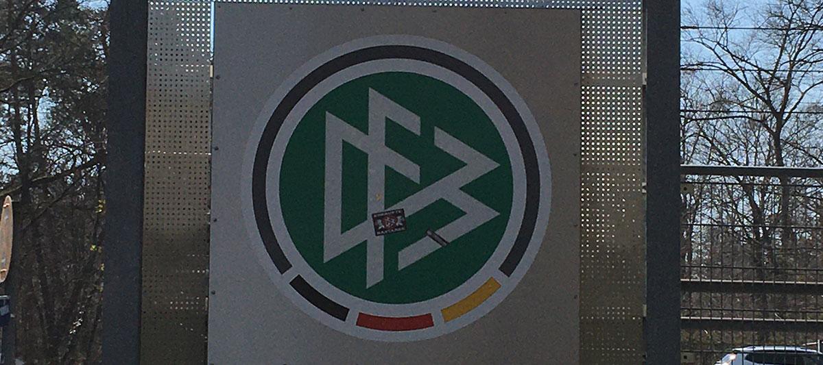 DFB-Logo mit Aufkleber