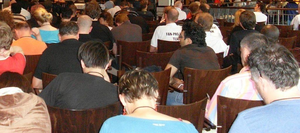 Fans nehmen an Mitgliederversammlung von SD Europe teil