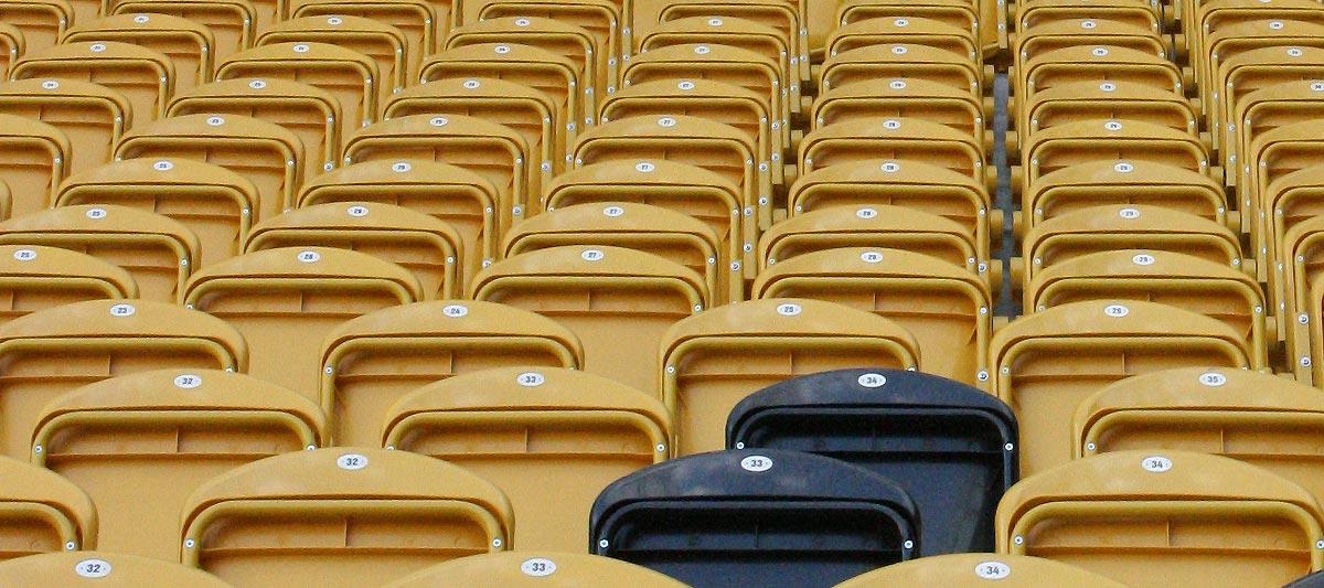leere Sitzplätze im Stadion