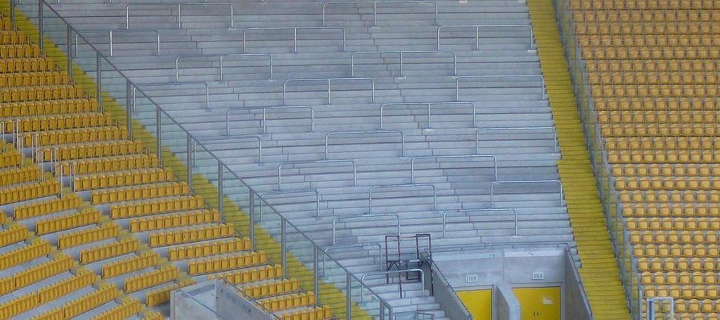 Gästeblock ohne Fans im Stadion
