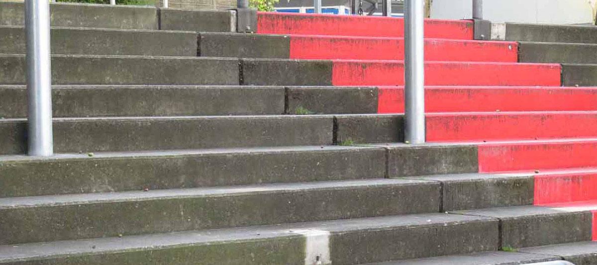 Stehblock mit rot markierten Aufgang