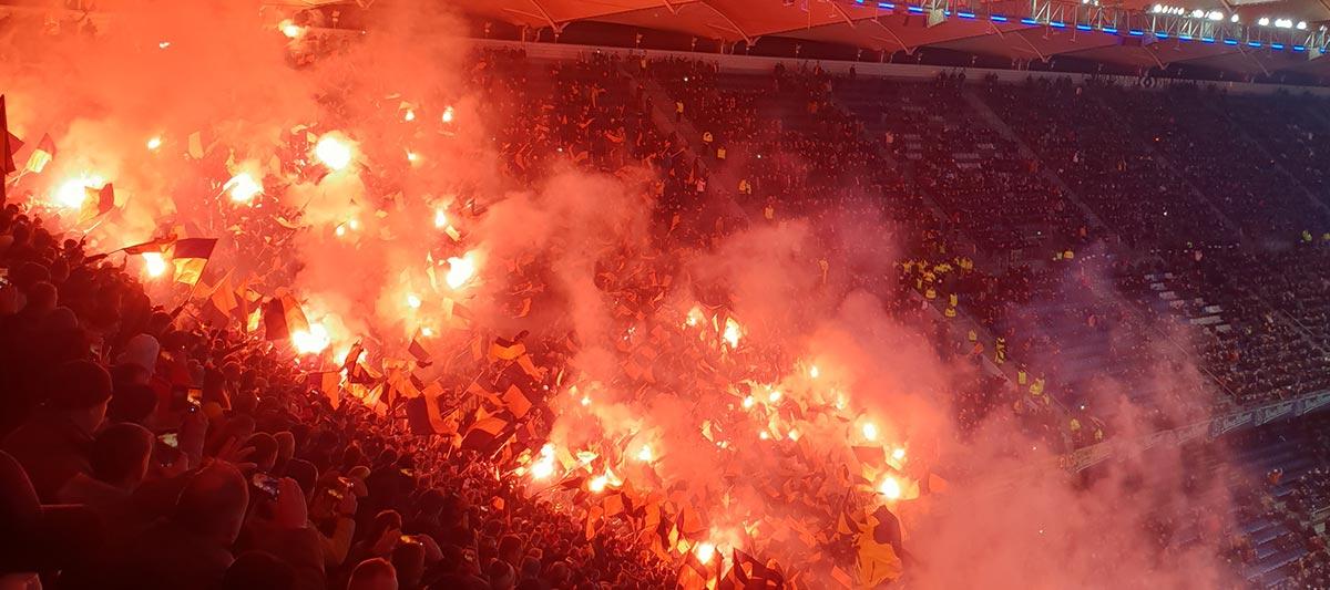 Fans brennen im Block mehrere bengalische Fackeln ab