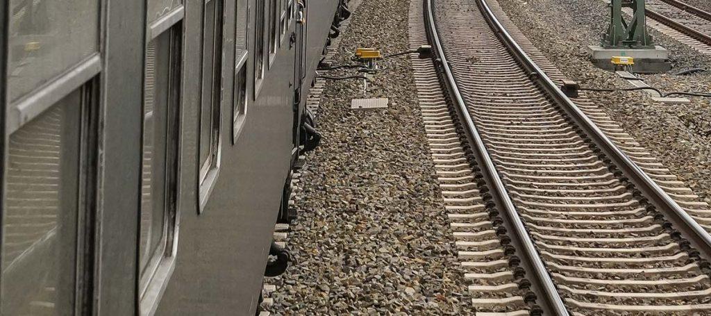 Fanzug fährt über Gleise